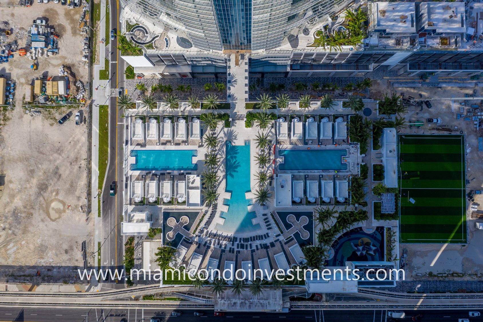 Paramount Miami Worldcenter resort-style pool deck