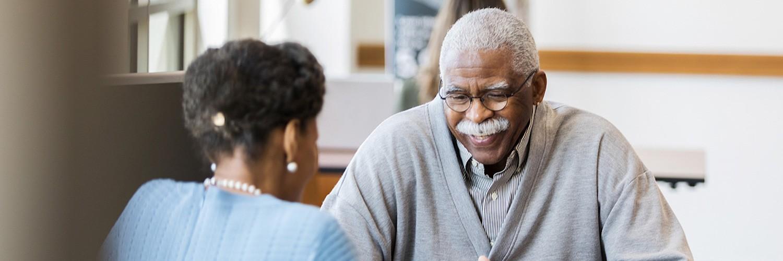 Ciudadano mayor recibiendo asesoramiento financiero
