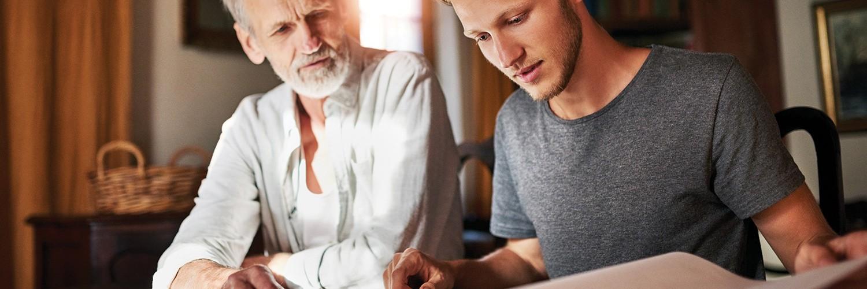 Padre e hijo mirando juntos el papeleo