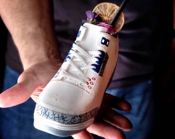 Taza con forma de zapatilla deportiva de Grails Sports Bar.