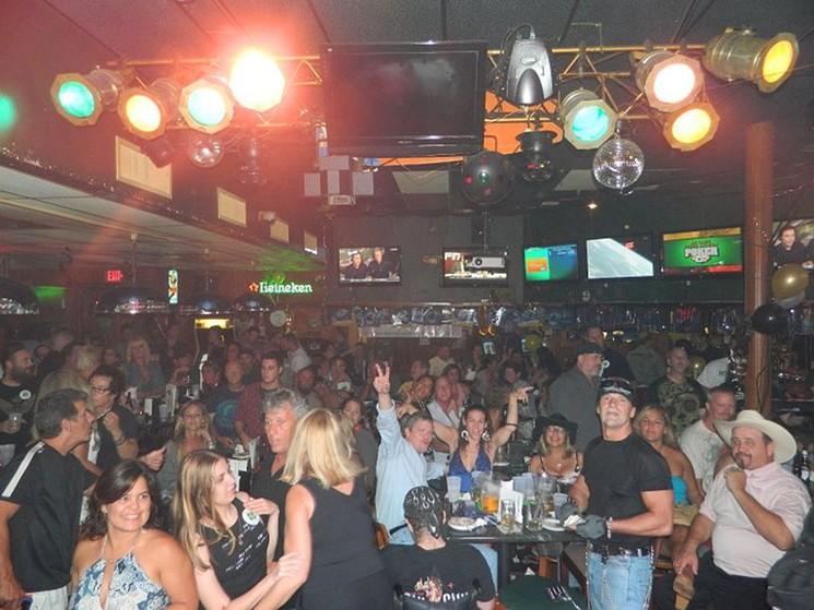 La multitud en Little Hoolie's.