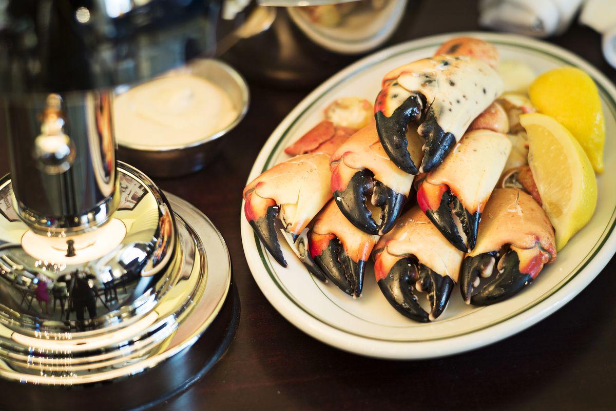 Revista comedor columna sobre Joe's Seafood, Prime Steak & amp; Cangrejo de piedra