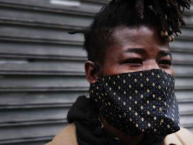 Los CDC recomiendan que las personas usen máscaras de tela para bloquear la propagación de COVID-19