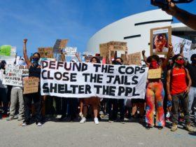 Los manifestantes exigen un cambio, pero los comisionados de Miami-Dade dicen que todo está bien