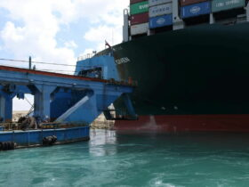 Los petroleros Cheniere y Shell cambian de rumbo para evitar el Canal de Suez mientras los barcos desvían rutas